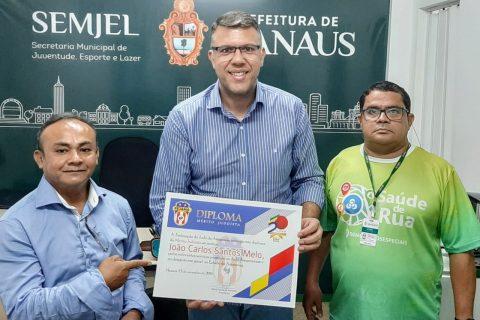 Secretário João Carlos dos Santos Mello recebe certificado de 'Mérito Judoísta' das mãos do presidente da FEJAMA pelos relevantes serviços prestados ao Judô amazonense